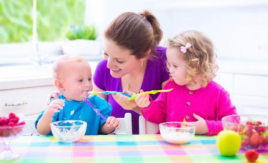 ママと子供の食事の風景