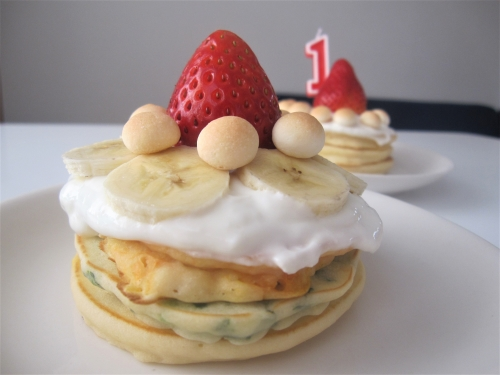 パンケーキとヨーグルトの1歳のお誕生日ケーキを作る手順