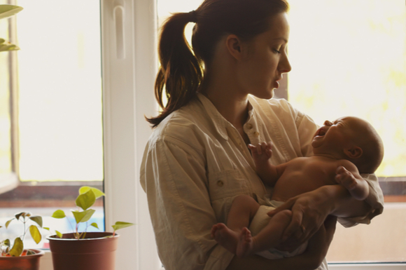 夜泣きの赤ちゃんに漢方薬を使ってみようとしているママ