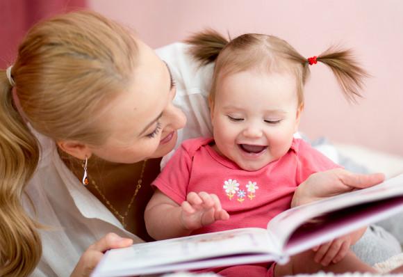 絵本を赤ちゃんに読み聞かせしてあげるママ