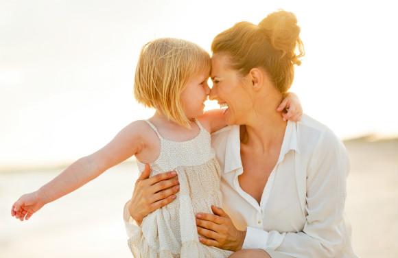 子供をぎゅーっと愛情たっぷりに抱擁している画像