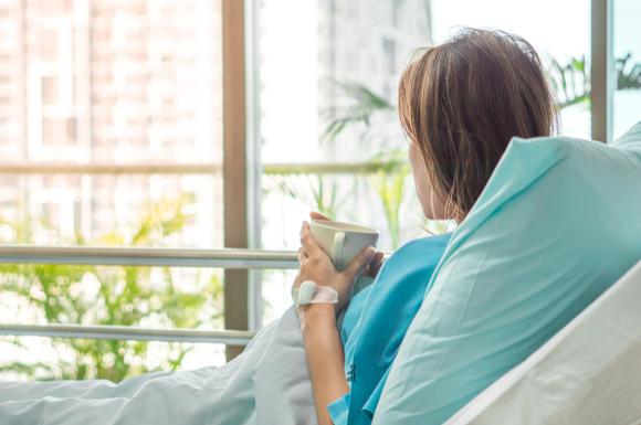 産褥入院している女性の姿