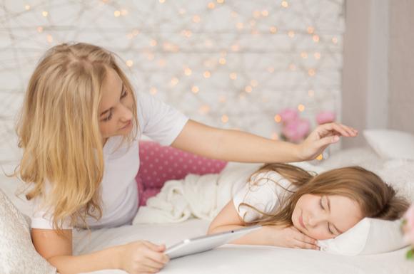 子供を寝かそうとしている親の姿