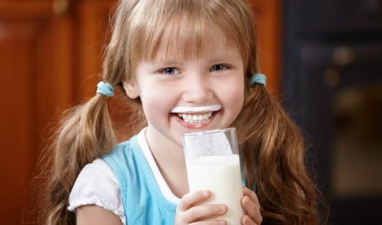 牛乳を飲んで笑顔の子