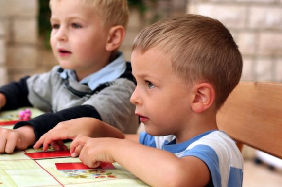 フラッシュカードで勉強している子供