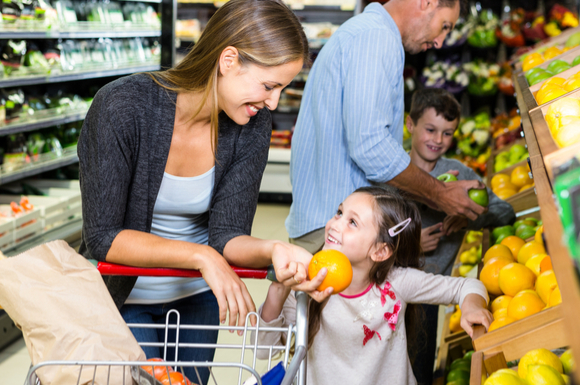 子供が楽しく買い物中に過ごしている様子