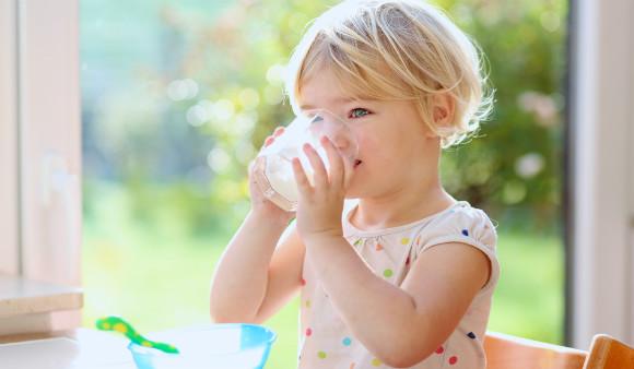 牛乳を飲む子
