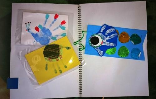 子供の絵や作品を写真やパウチで残している画像