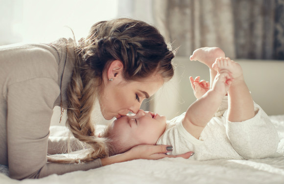 寝返りの準備段階の赤ちゃん