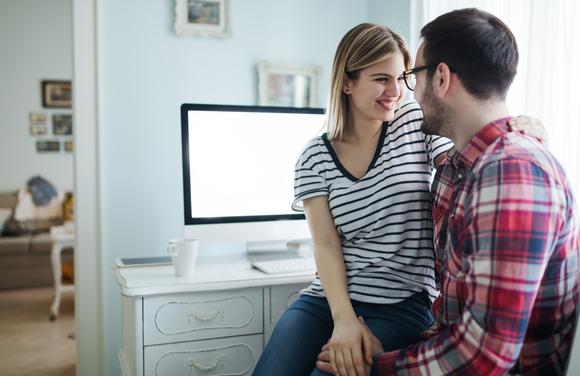 妊娠報告を妻が夫にしている様子