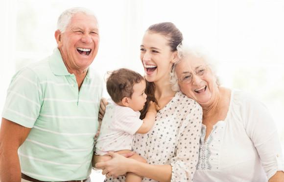 里帰りしているママが両親と仲良くしている画像