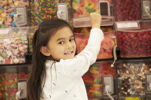 遠足に持っていくお菓子を選んでいる子供