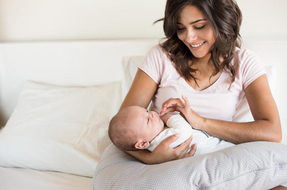 授乳中に乳首を噛んでいる赤ちゃん