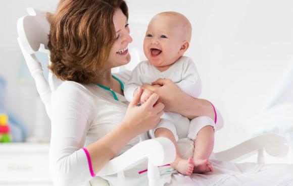 笑顔で育児をするママ