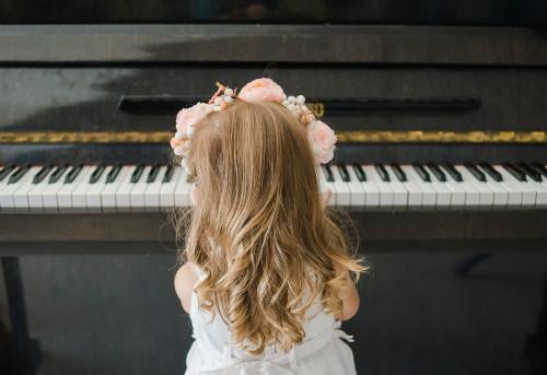 ピアノを習っている子供