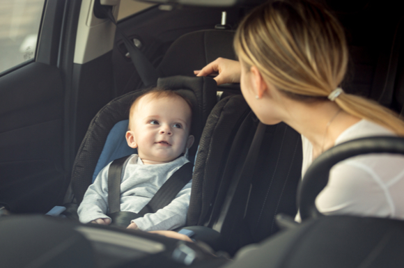 運転中にチャイルドシートに座っている子供