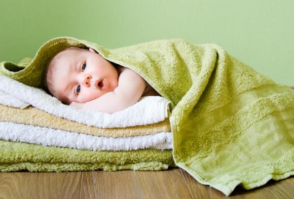タオルにくるまる赤ちゃん