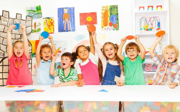 幼稚園の親子レクで楽しんでいる子供達