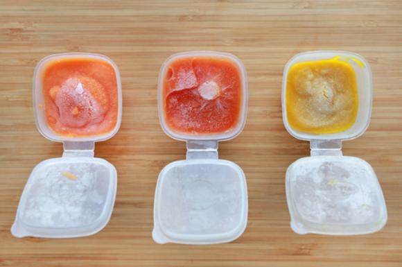 冷凍保存した食材で離乳食作りをしている様子