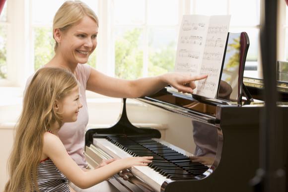 親子で楽しくピアノの練習をしている様子
