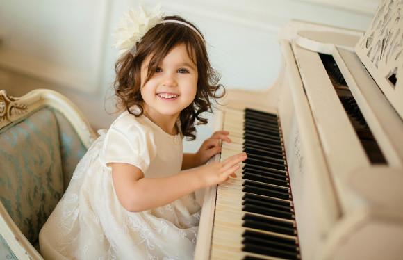 習い事でピアノを習っている子供