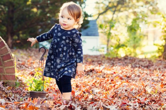 外で楽しく遊んでいる子供