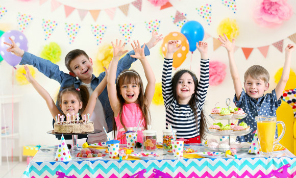 ホームパーティーをしている子供たち