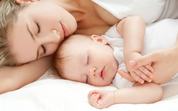 エアコンで快適な夏を送っている赤ちゃんとママ