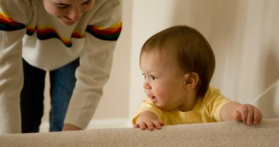 赤ちゃんが階段にいる