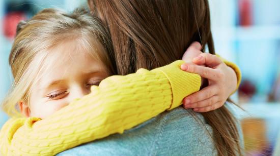 子供を抱きしめる親