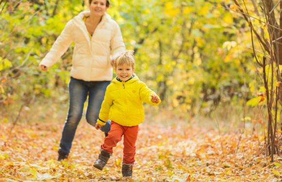 公園で追いかけっこなどで遊んでいる親子