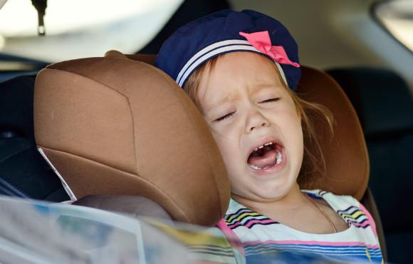 幼稚園、保育園に行きたくないと泣いてゴネる子供