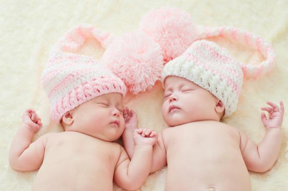 双子の女の子と女の子