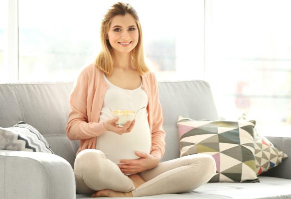 足がつらないように食事に気を付けている妊婦さん