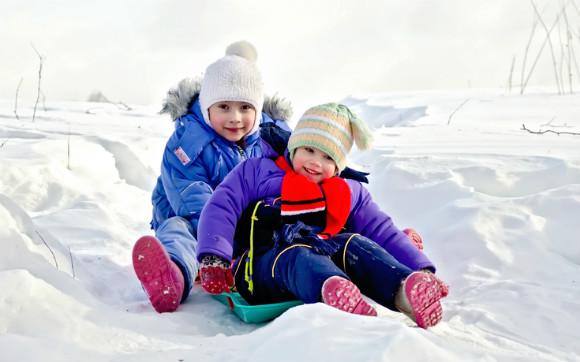 雪遊びしている子供