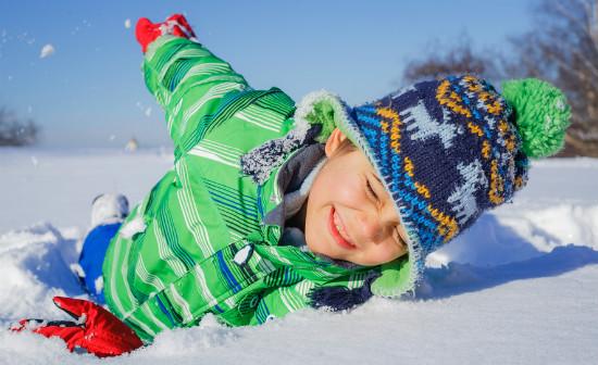 雪遊びを楽しむ子供
