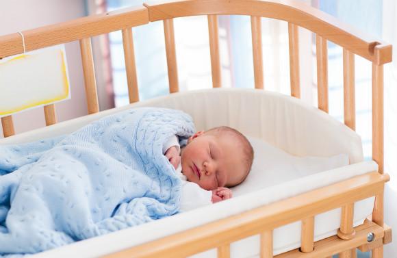 ベビー布団で眠る赤ちゃん