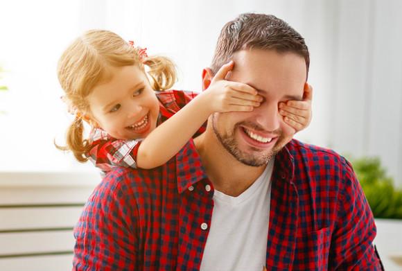 赤ちゃん返りが出ている子供と上手く接しているパパ