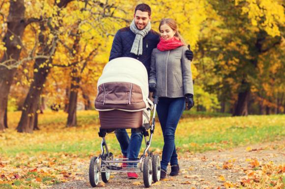 ベビーカーでお散歩している夫婦