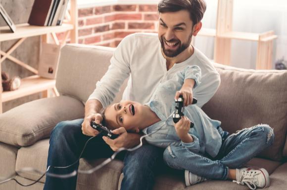 ゲームを楽しんでいる親子