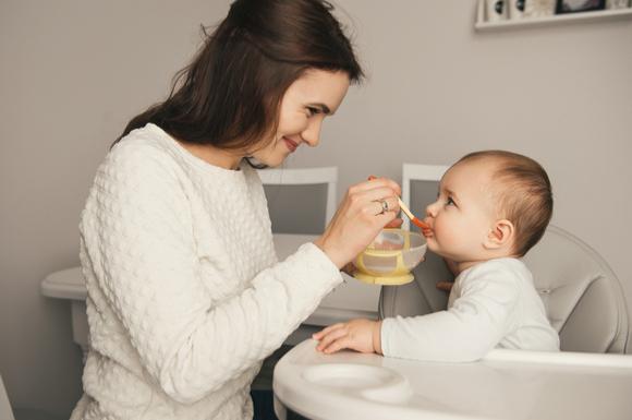 離乳食を食べている赤ちゃんの様子