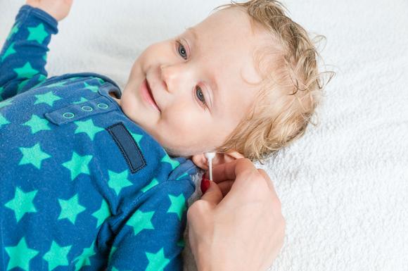 子供の耳掃除をしている様子