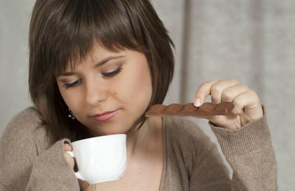 チョコレートを食べている妊婦
