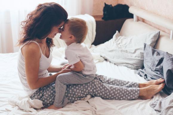 子供とママの朝のひと時のイメージ