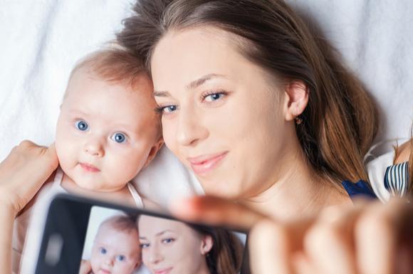 SNSに子供を載せようと写真を撮っているママ
