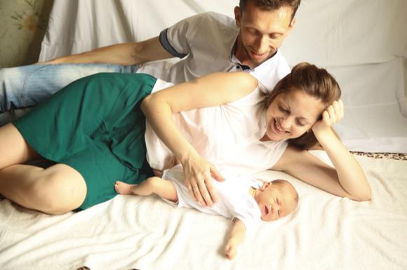赤ちゃんの夜泣きに対して旦那さんが奥さんをサポートしている様子