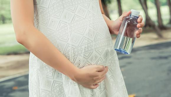 羊水の役割を知ろうとしている妊婦さん