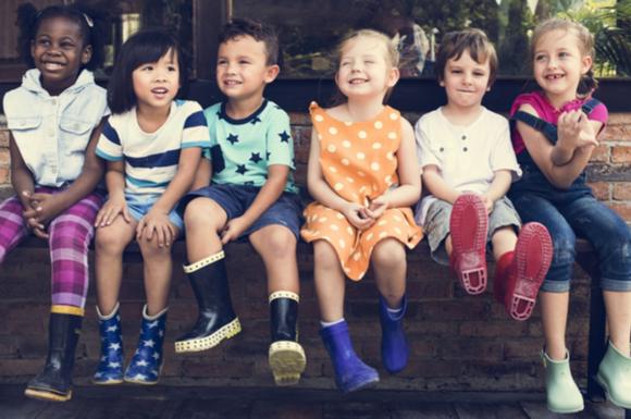 幼稚園で楽しく過ごしている園児たちの様子