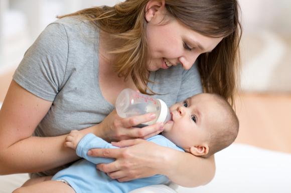 哺乳瓶を使って授乳している様子