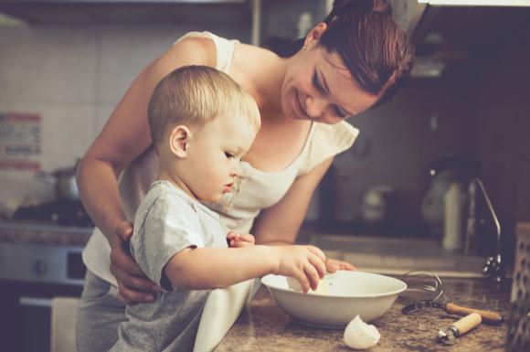 2歳児の料理の手伝いの画像